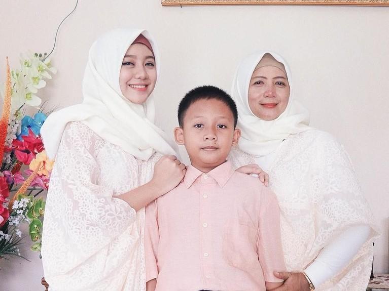 Ghea yang berbaju muslim dan mengenakan hijab berfoto dengan ibu dan adiknya.