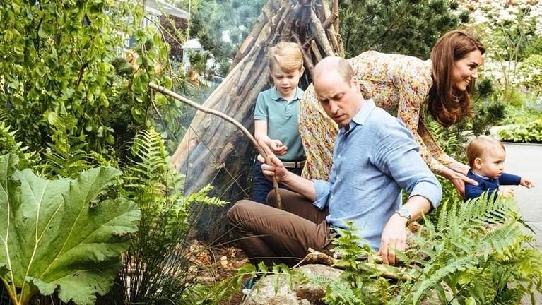 Keluarga kecil Pangeran William dan Kate Middleton terlihat tengah menghabiskan liburan di alam terbuka bersmaa putra dan putrinya.
