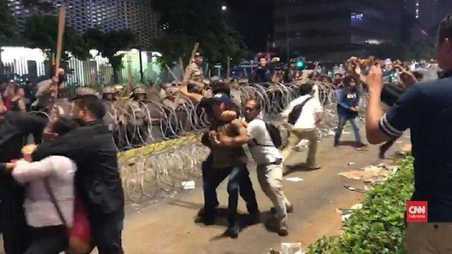 Komisioner Komnas HAM Beka Ulung Hapsara menyebut personel polisi tak bisa mengontrol emosi lantaran kelelahan 2 hari mengawal aksi unjuk rasa tanpa henti.