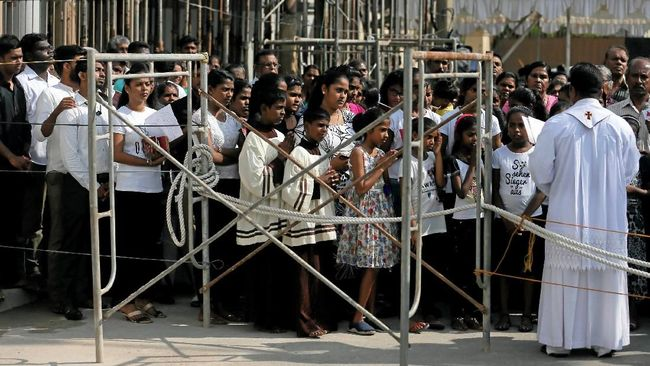 Ratusan warga Katolik menggelar doa bersama di luar Gereja St Anthony, Sri Lanka, guna memperingati satu bulan serangan bom beruntun pada Hari Paskah lalu.