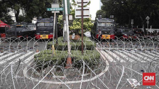 Polisi memberikan kelonggaran waktu pada massa aksi saat penetapan hasil pemilu di depan Gedung Komisi Pemilihan Umum (KPU) hingga usai salat tarawih.