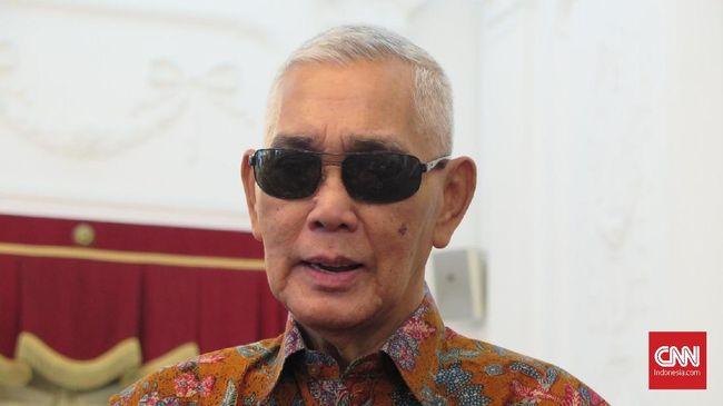 Wakil Presiden ke-6 RI Try Sutrisno mengucapkan selamat kepada Presiden Joko Widodo yang unggul dalam Pilpres 2019 usia penghitungan suara oleh KPU, di Istana Merdeka, Jakarta, Selasa (21/5).