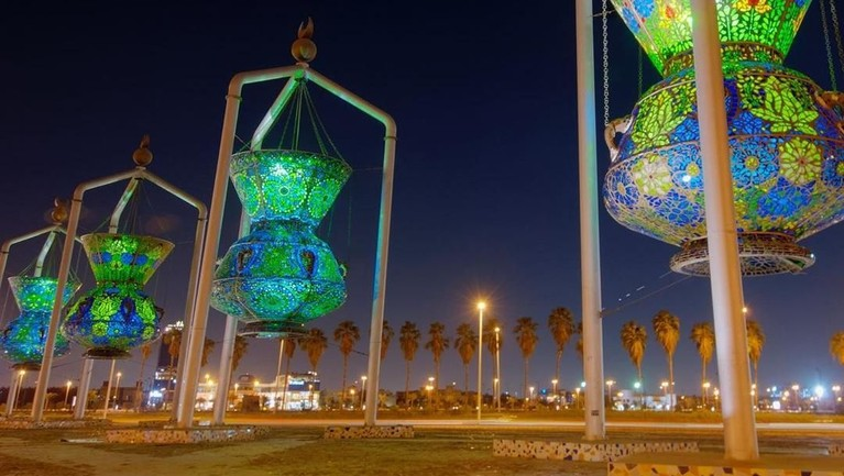 Mesir, merayakan bulan Ramadan dengan menggantung lentera berwarna cerah dan unik di sepanjang jalan, tempat-tempat kuliner dan rumah. Stan kuliner dan hiburan yang dihiasi lampu lentera cantik itu akan menghiasi selama bulan Ramadan.