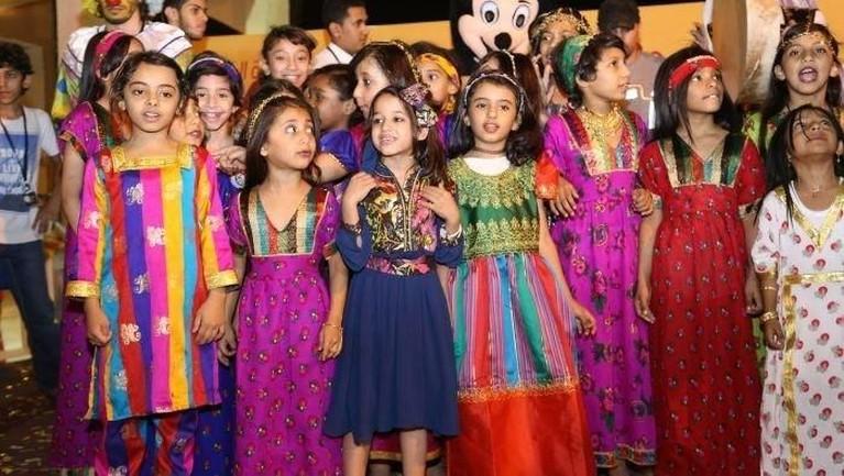 Kuwait, Ramadan di Kuwait dirayakan dengan kunjungan anak-anak yang buka puasa bersama keluarga, teman hingga tetangganya. Mereka akan mengenakan pakaian tradisional yang unik untuk mengetuk pintu dan masuk ke dalam pintu rumah orang yang didatangi untuk mendapatkan coklat dan permen. Mereka akan mulai berkeliling setelah shalat Maghrib.
