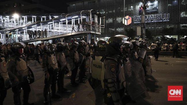 Polisi membubarkan dan menangkap sejumah massa yang kembali ke depan kantor Bawaslu setelah sempat membubarkan diri pada Selasa (21/5) malam.