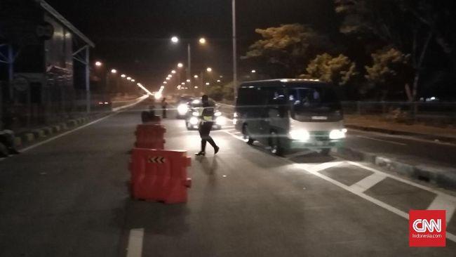 Polres Tanjung Perak memutar balik 160 kendaraan yang hendak menuju Madura via Jembatan Suramadu.