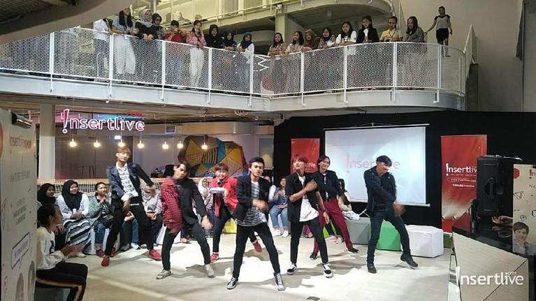 Acara Ngabuburit Bareng EXO-L di markas Insertlive dimeriahkan dengan penampilan cover dance EXO dari SAY CREW. Mereka menari dengan diiringi lagu Power milik boyband asuhan SM Entertaninment tersebut.
