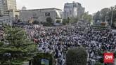 Massa menyemut di seberang kantor Bawaslu RI. Mereka yang notabene pendukung paslon nomor urut 02 Prabowo-Sandi memprotes hasil pemilu yang telah diumumkan KPU.