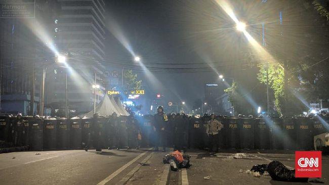 Massa masih enggan membubarkan diri meski polisi meminta agar mereka kembali ke rumah masing-masing. Mereka meminta rekan mereka dibebaskan.