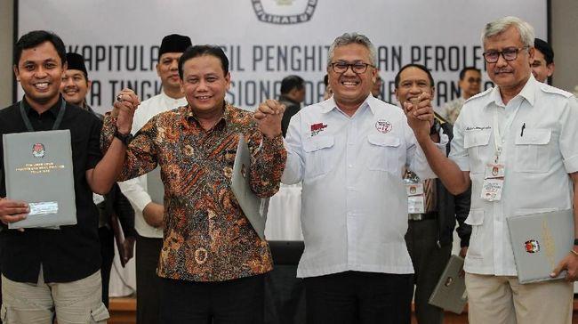 Ketua KPU Arief Budiman (kedua kanan) bersama Ketua Bawaslu Abhan (kedua kiri) berjabat tangan dengan perwakilan saksi TKN 01 dan BPN 02 seusai mengikuti rekapitulasi hasil penghitungan perolehan suara tingkat nasional dan penetapan hasil Pemilihan Umum tahun 2019 di gedung KPU, Jakarta, Selasa (21/5/2019) dini hari. KPU menetapkan pasangan Capres-Cawapres nomor urut 01 Joko Widodo-Maruf Amin menjadi pemenang Pilpres 2019 dengan total perolehan suara sebesar 85.607.362 atau 55,50 persen dan Partai Demokrasi Indonesia Perjuangan (PDIP) memperoleh suara terbanyak dengan 27.053.961 atau 19,33 persen. ANTARA FOTO/Dhemas Reviyanto/pras. *** Local Caption ***