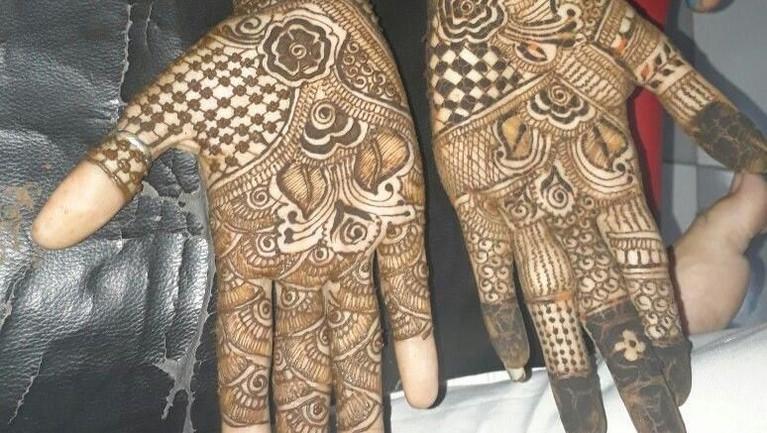 India,Malam terakhir Ramadan dirayakan oleh orang India untuk melakukan tradisi Chaand Raat. Tradisi ini adalah mengecat tangan serta kaki mereka dengan henna. Para wanita juga akan bertukar makanan mains dengan sesama.