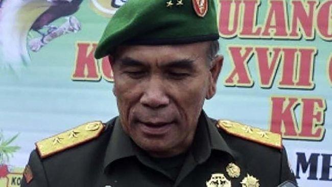 Presiden RI Joko Widodo melantik pensiunan jenderal yang pernah menjadi Pangdam Cenderawasih., Hinsa Siburian, sebagai Kepala BSSN menggantikan Djoko Setiadi.