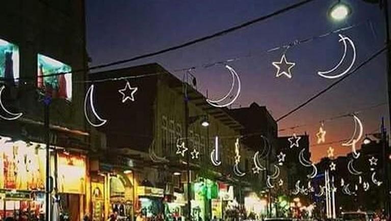Yordania,Pemasangan dekorasi hiasan lampu sudah menjadi tradisi umat Muslim di Yordania untuk menyambut datangnya bulan Ramadan. Bukan hanya di sepanjang rumah tetapi juga di sepanjang jalan. Hal itulah yang membedakan malam bulan Ramadan dan malam lainnya.