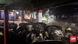 Imbauan Polisi Agar Massa Bubar Dibalas Molotov