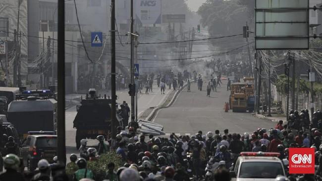 Sejumlah massa juga mulai membubarkan diri di kawasan Kota Bambu Slipi sesuai instruksi dari masing-masing 'tokoh' kampung setelah berkoordinasi dengan aparat.