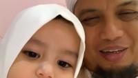 <div>Kini giliran sang adik, Akshya Zakiya Arifin yang wefie bareng sang abi. (Foto: Instagram/ @kh_m_arifin_ilham)</div><div></div>