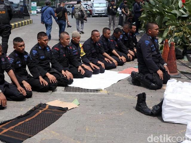 Momen Brimob Salat Berjamaah di Tengah Pengamanan Aksi 22 Mei