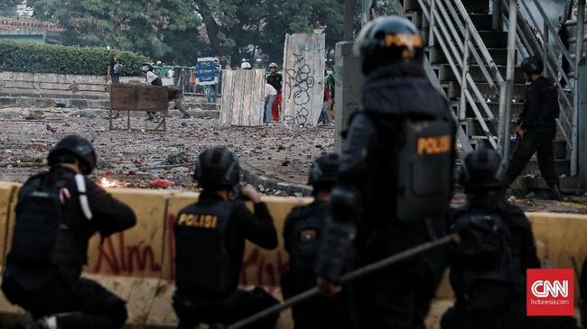 Aksi massa di depan gedung Bawaslu, Selasa (21/5), yang mulanya berjalan damai berubah rusuh berupa bentrok warga dan aparat dan menjalar hingga Tanah Abang.