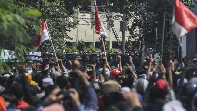 Kerusuhan berulang terkait demo 22 Mei di Jl Jatibaru, Tanah Abang, Jakarta, membuat polisi mesti menembakkan gas air mata untuk membubarkan massa.