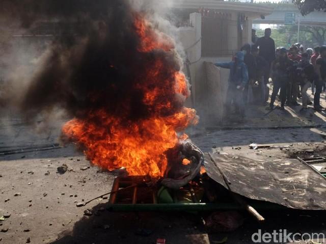 Massa Juga Gelar Aksi Bakar-bakar di Tengah Jalan