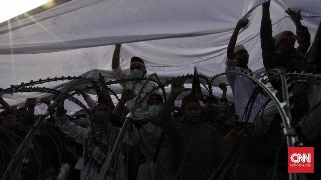 Unjuk rasa di depan kantor Bawaslu berjalan damai. Massa aksi bahkan sempat berbuka puasa bersama aparat, meski keduanya dipisahkan oleh kawat berduri.