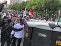 VIDEO: Dihalang Dekati Bawaslu, Massa Lempar Batu ke Polisi