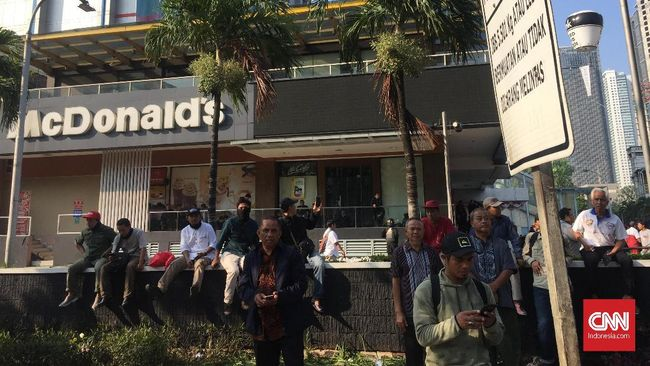 Sejumlah pertokoan dan restoran cepat saji di sekitar kantor Bawaslu tutup karena aksi 22 Mei dan ratusan aparat yang terus siaga.
