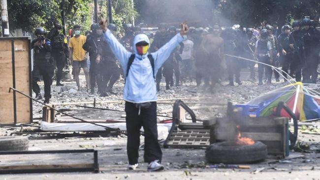 Seorang jurnalis perempuan dipersekusi oleh massa aksi 22 Mei di dekat Flyover Jatibaru Tanah Abang sambil mencemoohnya dengan teriakan 'hoaks'.