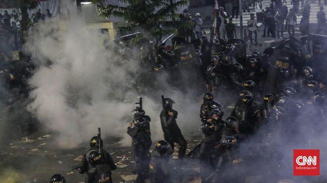 Ketika massa aksi 22 Mei melewati Jl HOS Cokroaminoto, para polisi yang berjaga di depan KPU segera bersiaga dengan peralatan lengkap.