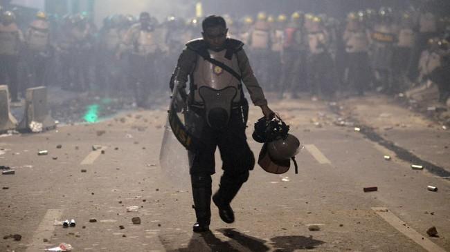 Massa terlibat bentrok dengan aparat keamanan di sekitar Slipi, Jakarta Barat sejak Rabu (22/5) pagi hingga malam. Massa sempat membakar bus milik polisi.