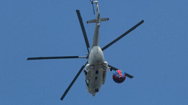 Helikopter pengangkut seorang pekerja tower BTS ditembak oleh kelompok kriminal bersenjata di distrik Ilaga, Papua. Tidak ada korban dalam insiden itu.
