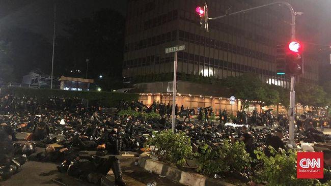 Seorang perempuan pingsan saat terjadi kerusuhan di Jalan MH Thamrin, Jakarta Pusat. Perempuan itu dibawa ke ambulans yang disiagakan di Jalan Sunda.