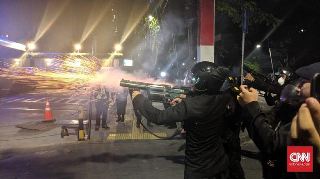 Polisi terus mendesak massa aksi Bawaslu agar membubarkan diri ke gang di Jalan Wahid Hasyim sambil menembakkan gas air mata.