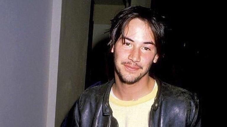 Tahun 1994, Keanu Reeves beradu peran dengan Sandra Bullock yang sempat dikabarkan keduanya terlibat cinlok.
