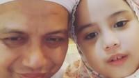 <div>Arifin Ilham bersama anak ke-limanya yaitu Alaa Hifzhiya Arifin. Aih, senyum Alaa manis banget deh. (Foto: Instagram/ @kh_m_arifin_ilham)</div><div></div>