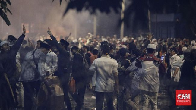 Sejumlah jurnalis mengalami luka-luka usai terkena lemparan batu atau botol kaca dari arah kerumunan massa di depan gedung Bawaslu