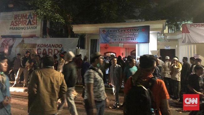 Prabowo Subianto berada di crisis center selama setengah jam untuk menjenguk relawan, kemudian pergi tanpa memberi pernyataan.