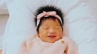 <p>Siapa bisa menirukan gaya <em>baby</em> Kalea, saat tidur punmasih bisa tersenyum lucu. (Foto: Instagram @gyaps)</p>