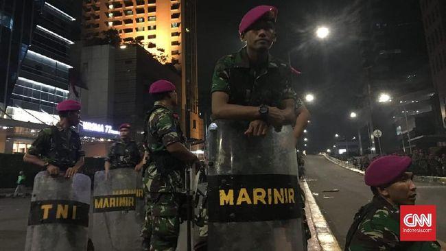 Pasukan marinir telah bersiaga, hingga saat ini belum ada tindakan yang dilakukan pasukan marinir yang tiba di lokasi sekitar pukul 10.15 WIB.