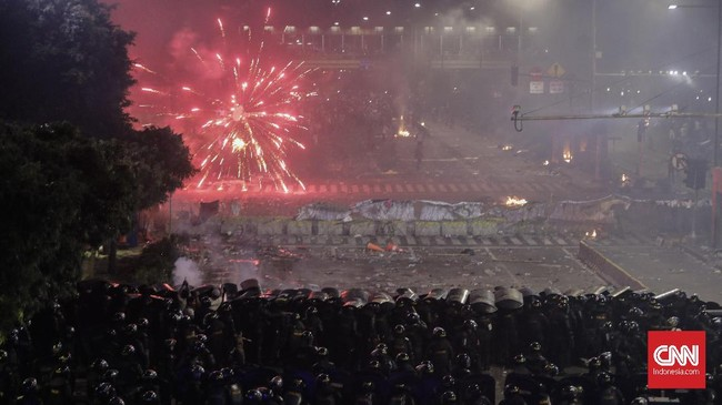 Kerusuhan kembali pecah pada hari kedua demonstrasi di depan Gedung Bawaslu, Jakarta. Sejumlah orang luka, termasuk wartawan, akibat kerusuhan ini.