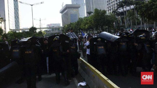 Massa demonstran di depan Gedung Bawaslu, Jakarta, Rabu (22/5) pagi mulai melempari aparat kepolisian dengan batu setelah terpojok karena pengamanan.