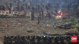 FOTO: Hari Kedua Rusuh di Depan Bawaslu