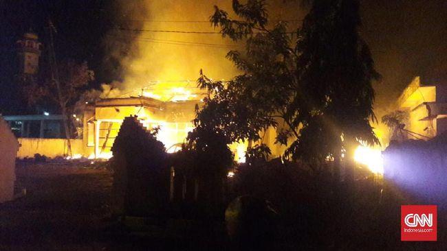 Polda Jawa Timur dibantu para tokoh ulama habaib untuk mencari lebih banyak pihak terlibat dalam pembakaran Mapolsek Tambelangan, Sampang.