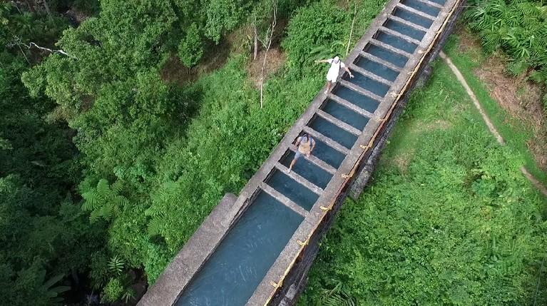 Lubuak Patamuan menjadi destinasi pertama Vincent Verhaag dan Jeremiah Lakhwani dalam perjalanannya kali ini. Untuk sampai ke tempat tujuan, mereka melewati sebuah jembatan air yang Instagramable banget.