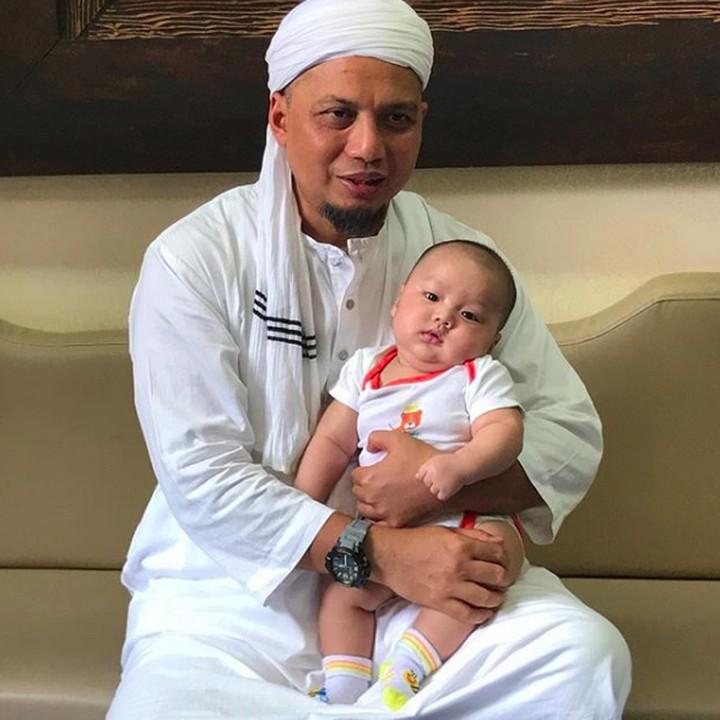 Selama masih hidup, Ustaz Arifin Ilham selalu menyempatkan diri untuk berkumpul dan bermain dengan cucunya, Yusuf Alvin Ramadhan.
