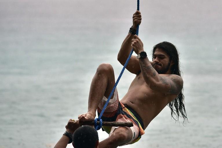 Di tepi pantai Maluku yang indah, Jeremiah Lakhuani menjajal permainan tarzan swing bersama warga lokal di sana.