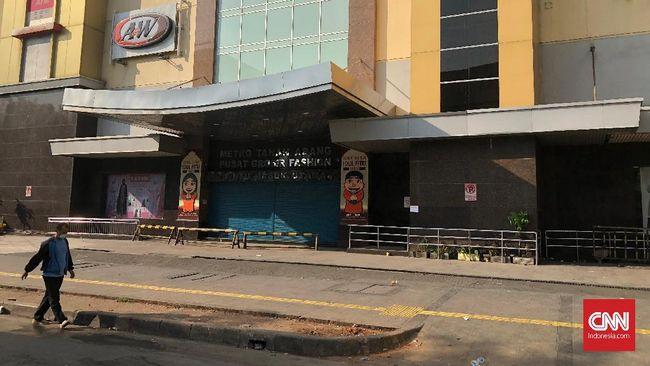 Manajemen masih menutup Pasar Tanah Abang hingga situasi kondusif menyusul kerusuhan aksi 22 Mei, pemilik kios dan staf yang telanjur datang pun memilih pulang.