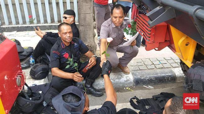 Mengutip pernyataan Sukarno, bunga mawar tidak mempropagandakan harum semerbaknya, dengan sendirinya harum semerbaknya itu tersebar di sekelilingnya.
