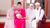 <p>Ustaz Arifin Ilham bersama istri, dan keluarga kecil putranya Alvin Faiz. (Foto: @alvin_411)</p>