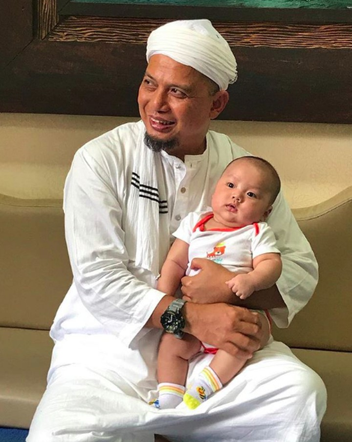 <p>Selain disibukkan dengan kegiatan dakwah, alm. Ustaz Arifin Ilham selalu menyempatkan diri bermain dengan cucu pertamanya, Yusuf Alvin Ramadhan. (Foto: @yusufalvinramadhan)</p>